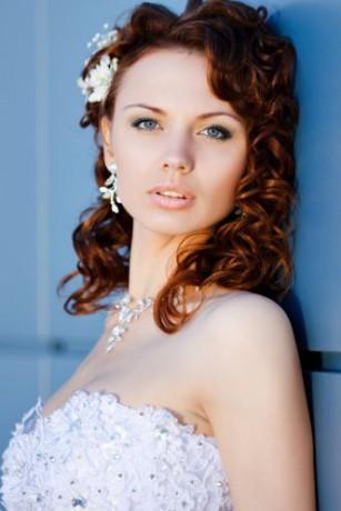 svatební-účes-středně-dlouhé-vlasy